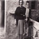 La padrina Leonor i el seu fill Ramon. A l'antiga terrassa. - Qui som? Turisme Rural casa l'hereu