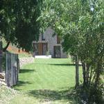 El jardí i la casa de fons. - El jardí de l'Estisora Turisme Rural casa l'hereu